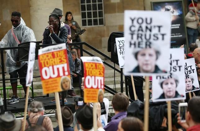 6月2日、メイ英首相をうそつき呼ばわりするヒット曲を、BBC放送が8日の総選挙前に放送しないと決定したことを受け、ロンドンの本社前で数十人が抗議行動を行った。写真は歌を演奏して抗議するキャプテンSKAのようす(2017年 ロイター/Neil Hall)
