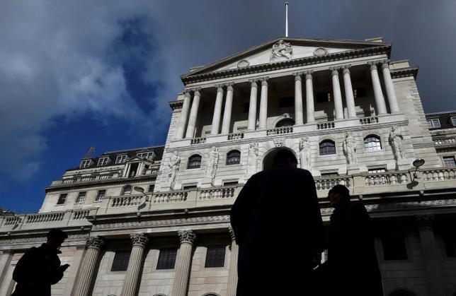 6月2日、英国ではイングランド銀行(BOE、中央銀行)の一部サポートスタッフが1%の賃上げに抗議してストライキを警告するなど、労働者の所得が圧迫されつつあるが、カーニー総裁がインフレ抑制の取り組みを緩めるとは考えにくい。写真は2016年、ロンドンにあるBOEの本店ビル(2017年 ロイター/Toby Melville)