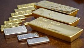 Золотые и серебряные слитки. Цены на золото достигли максимума шести недель в понедельник на фоне разочаровывающей трудовой статистики США, которая уменьшила шансы на агрессивный подъем ставок ФРС.    REUTERS/Mariya Gordeyeva