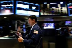 Wall Street a ouvert lundi sur une note prudente dans l'attente d'indicateurs sur la santé de l'économie américaine à l'approche d'un très probable resserrement monétaire. L'indice Dow Jones perd 0,06%. /Photo prise le 2 juin 2017/REUTERS/Brendan McDermid