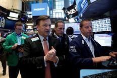 La Bourse de New York a débuté la semaine lundi par une séance peu agitée conclue en très léger repli par rapport à ses records touchés en fin de semaine dernière, le recul du titre Apple ayant pesé sur la tendance. L'indice Dow Jones a perdu 0,10%. /Photo prise le 2 juin 2017/REUTERS/Brendan McDermid