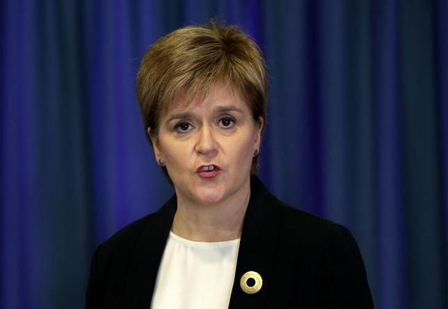 6月6日、スコットランド自治政府のスタージョン首相は、スコットランドは2025年までに英国から独立するとの見通しを示した。ITVとのインタビューで述べた。写真は5月エジンバラで撮影(2017年 ロイター)