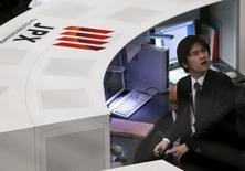 Трейдер на Токийской фондовой бирже. Ведущий фондовый индекс Японии Nikkei снизился по итогам торгов вторника, отступив от отметки 20.000 пунктов на фоне ухудшения настроений участников рынка в связи с падением индексов Уолл-стрит и укреплением иены.  REUTERS/Issei Kato