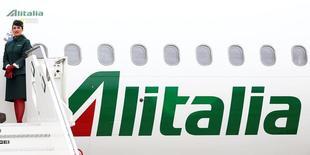 Les trois administrateurs désignés par le gouvernement italien pour vendre Alitalia ont reçu 32 manifestations d'intérêt pour la compagnie aérienne en grande difficulté. /Photo prise le 28 avril 2017/REUTERS/Tony Gentile