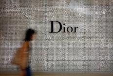L'offre de la famille Arnault, principal actionnaire de LVMH, sur les titres Christian Dior qu'elle ne détient pas a été jugée recevable mardi par l'Autorité des marchés financiers (AMF). /Photo prise le 19 mai 2017/REUTERS/Thomas White
