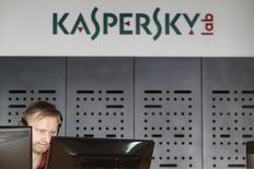 Сотрудник Лаборатории Касперского работает в офисе компании. Российский производитель антивирусного программного обеспечения Лаборатория Касперского заявил во вторник, что подал иски в Еврокомиссию и Федеральное антимонопольное ведомство Германии против Microsoft, обвинив американскую компанию в нарушении антимонопольного законодательства.  REUTERS/Sergei Karpukhin