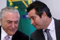 O presidente do Brasil, Michel Temer (à esquerda) conversa com o ministro dos Transportes, Maurício Quintella no Palácio do Planalto, em Brasília 10/05/2017 REUTERS/Ueslei Marcelino