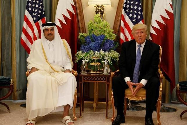 6月6日、サウジアラビアなど隣国から国交断絶を突き付けられたカタールは、経済がまひ状態に陥る恐れがある。写真は5月21日、リヤドでトランプ米大統領(右)と会談するカタールのタミム首長(2017年 ロイター/Jonathan Ernst)
