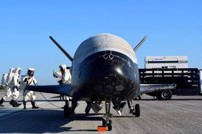 6月6日、8月に行われる米空軍の小型宇宙往還機「X-37B」打ち上げの契約を、民間宇宙企業スペースXが獲得した。ウィルソン空軍長官が、ネット中継された上院軍事委員会での証言で明らかにした。写真は5月米空軍がNASAのケネディー宇宙センターで撮影。提供写真(2017年 ロイター)