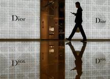 L'offre de la famille Arnault, principal actionnaire de LVMH, sur les titres Christian Dior sera ouverte du 8 au 28 juin inclus, lit-on mercredi dans un avis de l'Autorité des marchés financiers (AMF). /Photo d'archives/REUTERS/Edgar Su