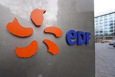 EDF a annoncé le lancement d'une offre d'autoconsommation solaire collective en France, un an après la commercialisation d'une offre du même type dans l'habitat individuel, l'électricien public bénéficiant d'un nouveau cadre réglementaire favorable. /Photo d'archives/REUTERS/Charles Platiau