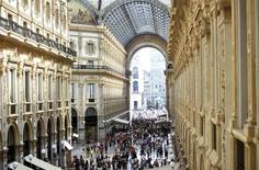 Milanesi e turisti passeggiano e fanno shopping in Galleria Vittorio Emanuele II.   REUTERS/Flavio Lo Scalzo