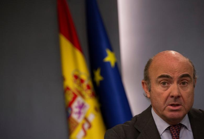 FILE PHOTO: Spain's Economy Minister Luis de Guindos speaks during a news conference after the weekly cabinet meeting at Moncloa Palace in Madrid, Spain March 31, 2017. REUTERS/Sergio Perez