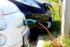 Le nombre de véhicules électriques en circulation dans le monde a atteint le record de deux millions l'an dernier mais le chemin est encore long avant de pouvoir atteindre un niveau pouvant contribuer à limiter le réchauffement climatique, selon un rapport publié mercredi par l'Agence internationale de l'énergie (AIE). /Photo prise le 1er juin 2017/REUTERS/Ints Kalnins