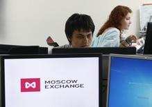 Трейдеры на Мосбирже. Ускорение снижения нефтяных котировок ударило по российским фондовым индексам во второй половине сессии среды, но акции Роснефти удержали дневной рост и выгодно выделяются в нефтегазовом секторе после газетной публикации.  REUTERS/Sergei Karpukhin (RUSSIA - Tags: BUSINESS POLITICS)