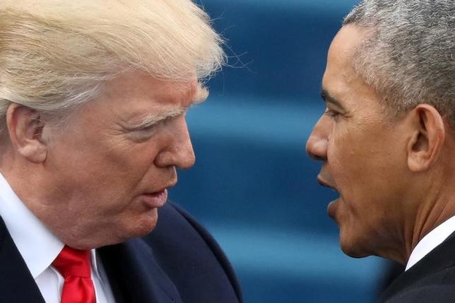 6月7日、トランプ米大統領(写真左)は、オバマケア(医療保険制度改革法)は「死のスパイラル」にあるとし、早期の改革が求められると語った。右はオバマ前大統領、1月撮影(2017年 ロイター/Carlos Barria)
