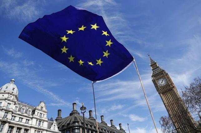 6月7日、世界の投資家は今、欧州への投資を根本から見直し、英国と欧州大陸を切り分けて考え始めている。写真はEU旗。ロンドンで3月撮影(2017年 ロイター/Peter Nicholls)