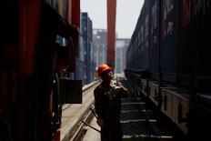 Les exportations chinoises ont augmenté de 8,7% sur un an en mai, et les importations de 14,8%, battant dans les deux cas le consensus. /Photo prise le 29 avril 2017/REUTERS/Thomas Peter
