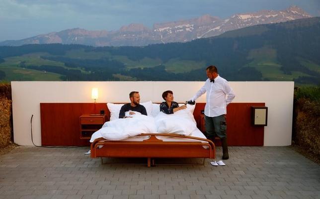 6月7日、スイスのザンクトガレンに近いアッペンツェル州の丘陵に9日オープンする「ゼロ・スター」ホテルでは、遮るもののない壮大な景色が広がる丘陵に作られた、屋根も壁もないベッドルームに泊まることができる。写真は1日撮影(2017年 ロイター/Arnd Wiegmann)