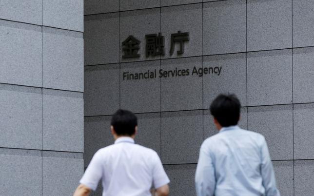 6月8日、金融庁は地方銀行など国内のみで活動する金融機関を対象に、国債や外債、預金、貸出などの金利リスクについて新たな規制を2019年3月期から導入する方針だ。写真は金融庁の看板、2014年8月都内で撮影(2017年 ロイター/Toru Hanai)