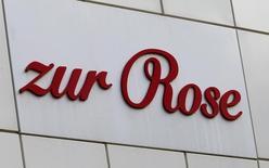 Le distributeur pharmaceutique en ligne Zur Rose a annoncé jeudi prévoir de lever au moins 200 millions de francs suisses (183,96 millions d'euros) cette année via une introduction en Bourse (IPO) destinée à financer sa croissance, notamment son centre logistique DocMorris en Allemagne. /Photo prise le 9 mai 2017/REUTERS/Arnd Wiegmann