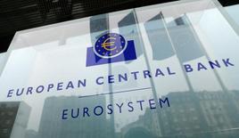Логотип ЕЦБ у штаб-квартиры банка во Франкфурте-на-Майне. Европейский центробанк в четверг оставил денежно-кредитную политику без изменений, но отказался от фразы о возможности дальнейшего снижения ставок в случае необходимости, так как инфляция остается ниже желаемого уровня, несмотря на ускорение экономического роста.    REUTERS/Ralph Orlowski