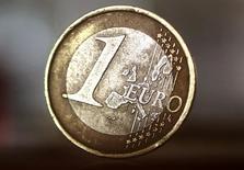 L'euro recule jeudi face au dollar après les annonces de la Banque centrale européenne (BCE), qui a laissé sa politique monétaire inchangée et réaffirmé qu'elle s'attendait à ce que les taux d'intérêt restent bas pendant une période prolongée. /Photo prise le 8 avril 2017/REUTERS/Kai Pfaffenbach