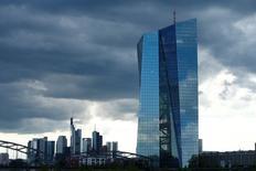 Le siège de la Banque centrale européenne (BCE) à Francfort. La BCE a abandonné jeudi toute référence à d'éventuelles baisses de taux face à l'amélioration des perspectives économiques dans la zone euro, même si la faiblesse persistante de l'inflation l'a amenée à maintenir en l'état sa politique monétaire ultra-accommodante. /Photo d'archives/REUTERS/Ralph Orlowski