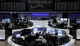 Les Bourses européennes ont terminé jeudi dans le désordre après la réunion monétaire de la Banque centrale européenne. Le CAC 40 a cédé 0,02%. Le Dax allemand a gagné 0,32% et le FTSE londonien a perdu 0,38%. /Photo prise le 8 juin 2017/REUTERS