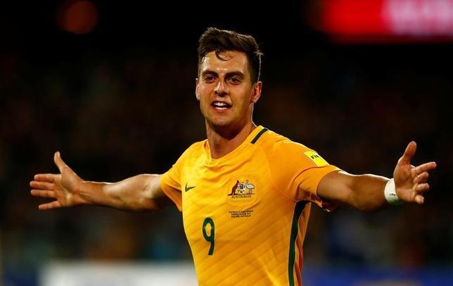 6月8日、サッカーのワールドカップ(W杯)アジア最終予選は日本の入るB組の1試合を行い、ホームのオーストラリアがサウジアラビアに3─2で勝利した。写真は2ゴールを挙げたオーストラリアのトミ・ユリッチ(2017年ロイター/David Gray)
