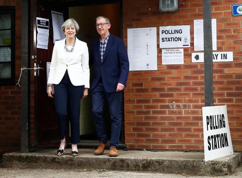 2017年6月8日,英国Sonning,英国首相特雷莎·梅和丈夫离开投票站。REUTERS/Eddie Keogh