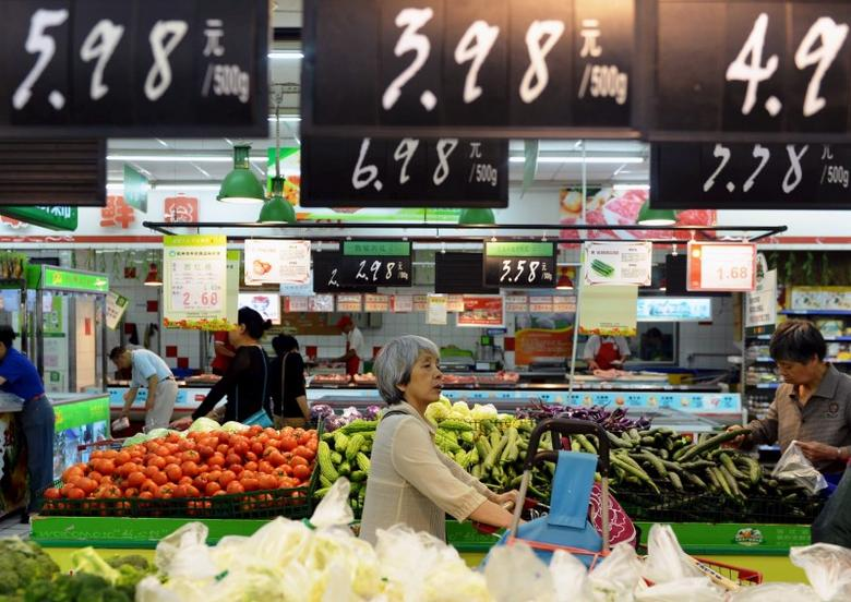 Customers shop for vegetables at a supermarket in Hangzhou, Zhejiang province, June 9, 2015. REUTERS/Stringer