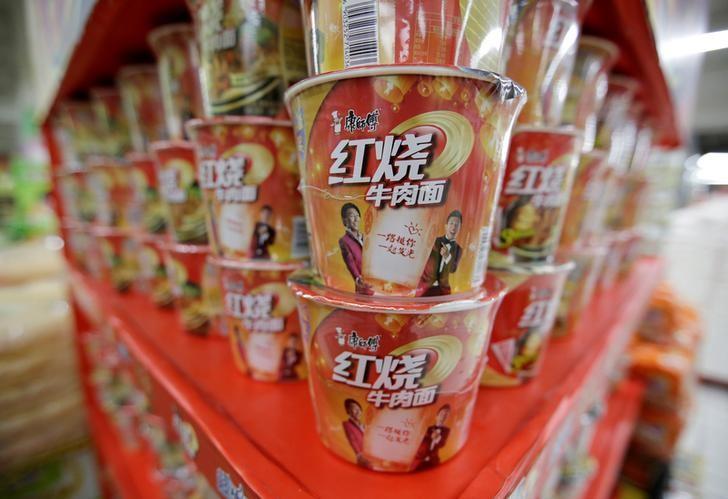 资料图片:2016年5月,北京一家超市内货架上的方便面。REUTERS/Jason Lee