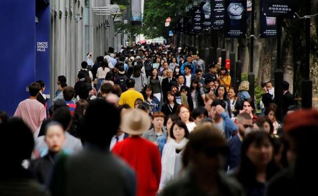 6月9日、政府は、2017年未来投資戦略を閣議決定した。健康寿命延伸に向けたデータ活用やAIを用いた診療支援などのほか、移動革命と称して無人トラック隊列走行や地域における自動走行移動サービスの20年の実現などを掲げた。写真は都内の表参道、5月撮影(2017年 ロイター/Toru Hanai)