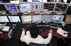 Un trader di UniCredit alla sua postazione di lavoro a Milano.  Foto del 13 giugno 2013. REUTERS/Alessandro Garofalo