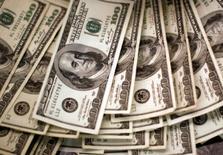 Долларовые купюры. Власти Армении хотят выставить на продажу около 50 предприятий в надежде привлечь инвесторов к модернизации поизносившейся государственной собственности в условиях, когда страна нуждается в инфраструктурных реформах для устойчивого роста.  REUTERS/Rick Wilking/File Photo