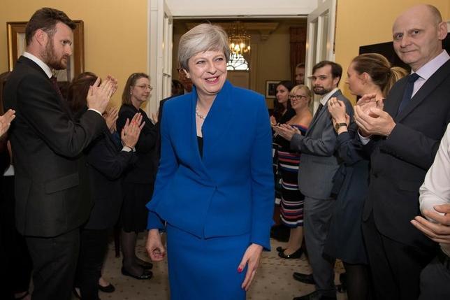 6月9日、メイ英首相は主要閣僚の陣容を変えないと明らかにした。写真はロンドンの首相官邸で同日代表撮影(2017年 ロイター)