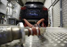 Un modèle Cayenne diesel émet des émissions de beaucoup supérieures au seuil légal. Les véhicules diesel sont dans le collimateur des autorités dans divers pays de la planète après le scandale des émissions polluantes de VW aux Etats-Unis qui éclata en septembre 2015. /Photo d'archives/REUTERS/Ruben Sprich