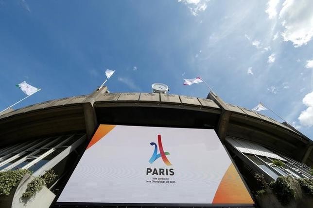 6月9日、国際オリンピック委員会は臨時理事会で、2024年と28年の夏季五輪開催地は同時に決定することを勧告した。写真は24年大会に立候補しているパリの招致ロゴ。パリで5月撮影(2017年 ロイター/Gonzalo Fuentes)