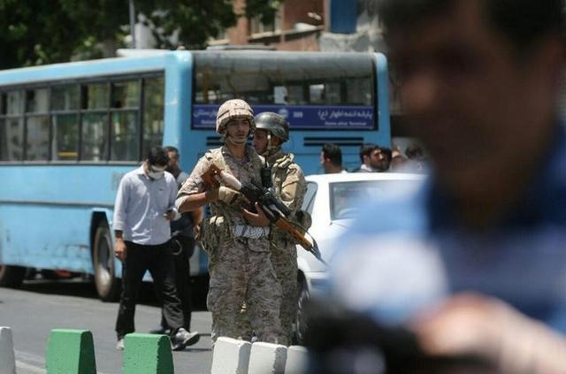 جنود إيرانيون بشارع قرب البرلمان اثناء هجوم إرهابي في طهران يوم 7 يونيو حزيران 2017 - صورة لرويترز من طرف ثالث للاستخدام التحريري فقط