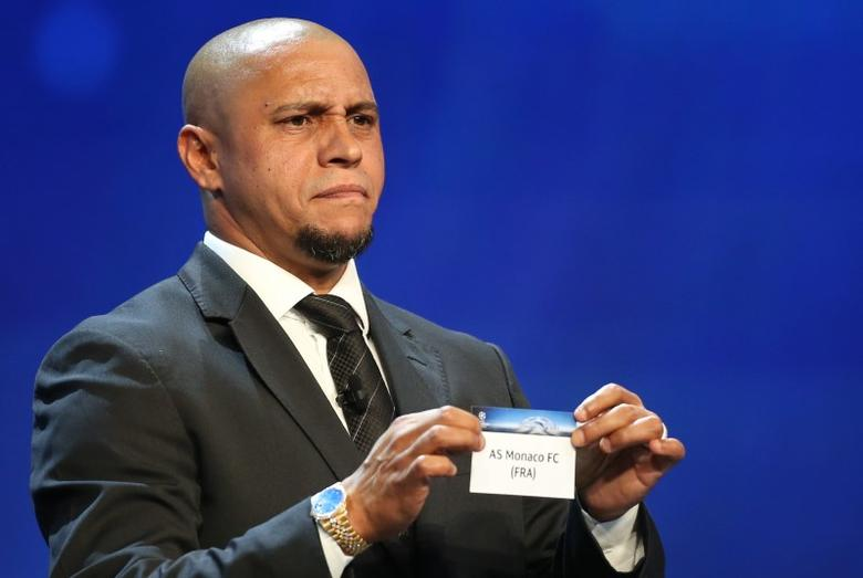 Former Brazilian soccer player Roberto Carlos holds a paper with the name of AS Monaco FC during the draw ceremony for the 2016/2017 Champions League Cup soccer competition at Monaco's Grimaldi Forum in Monaco, August 25, 2016. REUTERS/Eric Gaillard