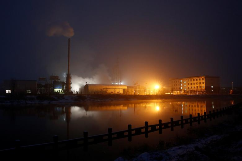 Steam and smoke rise from a factory in the Guantao Chemical Industry Park in the early morning near the villages of East Luzhuang and Nansitou, Hebei province, February 22, 2017.  Picture taken February 22, 2017.   REUTERS/Thomas Peter