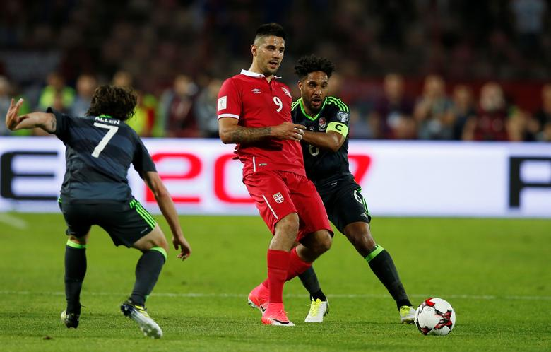 Football Soccer - Serbia v Wales - 2018 World Cup Qualifying European Zone - Group D - Rajko Mitic Stadium, Belgrade, Serbia - June 11, 2017   Serbia's Aleksandar Mitrovic in action with Wales' Ashley Williams and Joe Allen    Action Images via Reuters / Peter Cziborra