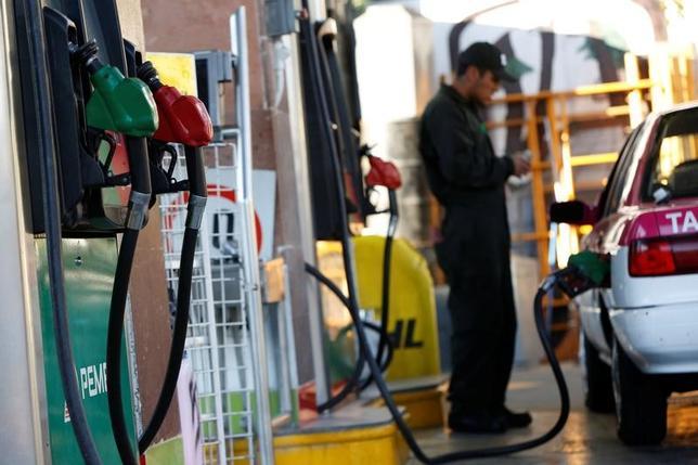 6月12日、アジア時間序盤の取引で原油先物が上昇している。メキシコ市のガソリンスタンドで2月撮影(2017年 ロイター/Jose Luis Gonzalez)