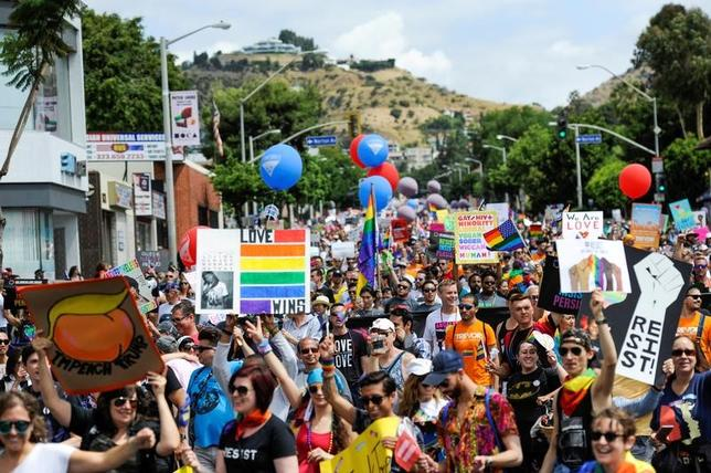 6月11日、米国で性的少数者(LGBT)の啓発イベントである「プライド」パレードが行われた。ロサンゼルスでは、LGBTの象徴として使われるレインボーカラーの衣装などをまとった参加者数万人が、トランプ大統領への抗議のプラカードを掲げ「レジスト・マーチ」(抵抗の行進)を行う場面があった(2017年 ロイター/Andrew Cullen)
