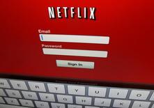 Le groupe de télécoms et de médias Altice a annoncé lundi la signature d'un accord de partenariat pluriannuel avec l'américain Netflix , opérant un changement de politique après avoir longtemps tenté de privilégier son offre maison. /Photo d'archives/REUTERS/Mike Blake