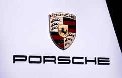 Le ministère des Transports allemand a ordonné à la KBA, l'organisme de certification des véhicules, d'ouvrir une enquête sur les émissions des véhicules Porsche, a déclaré lundi un porte-parole du ministère.  /Photo prise le 7 mars 2017/REUTERS/Denis Balibouse