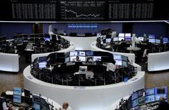 Les Bourses européennes ont terminé dans le rouge lundi. À Paris, le CAC 40 a terminé en baisse de 1,12%, son plus bas niveau de clôture depuis le 21 avril, et le Dax allemand a abandonné 0,98%. A Londres, le Footsie britannique a limité son repli à 0,21% grâce à la dépréciation de la livre. /Photo prise le 12 juin 2017/REUTERS
