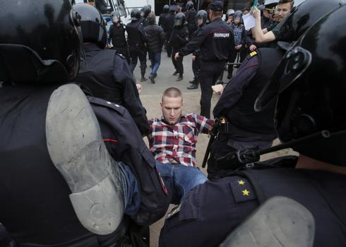 Anti-Putin protesters detained