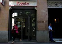 Banco Popular a demandé des liquidités d'urgence à la Banque centrale européenne les 5 et 6 juin mais ces réserves ont été si vite épuisées que la banque n'a eu d'autre choix que de demander un sauvetage, a déclaré lundi le ministre espagnol de l'Economie, Luis de Guindos. /Photo prise le 6 juin 2017/REUTERS/Juan Medina
